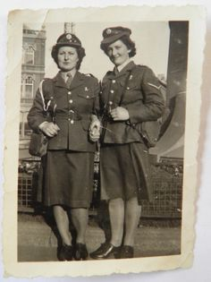April 1945 - ATS uniform (World War Two) - RootsChat.Com April 1945 - ATS uniform (World War Two) - RootsChat.Com Source by dariawodek. Ww2 Women, Military Women, Militar Jacket, Women's Land Army, 1940s Outfits, Canadian Soldiers, War Photography, Army Uniform, Female Soldier