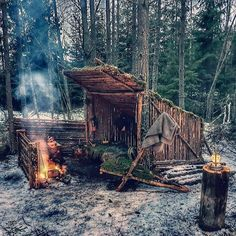 Survival Helpful Strategies For bushcraft camping Bushcraft Camping, Camping Survival, Outdoor Survival, Survival Prepping, Survival Gear, Survival Skills, Outdoor Camping, Camping Outdoors, Doomsday Survival