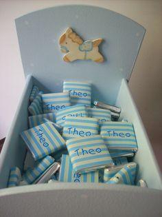 Chocolates personalizados de 4x4 cms de 11 gramos para Theo en cuna de madera celeste con aplique de caballito.