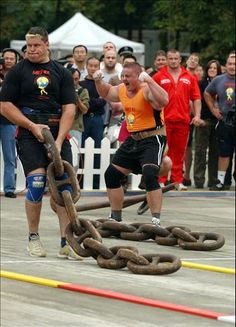 Participants perform during the 2005 World's Strongest man Championship in Chengdu, southwest China, Sept. 27, 2005. 26 strongest men from China, the United States, Russia and Finland are ready to perform in this game.