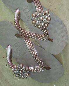 Beaded Shoes, Beaded Sandals, Flip Flop Craft, Bridal Flip Flops, Decorating Flip Flops, Cinderella Shoes, Beaded Jewelry Patterns, Bead Jewellery, Flip Flops