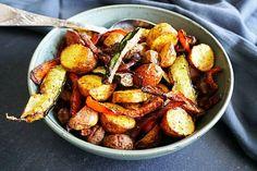 """Ik eet niet vaak """"gewone"""" aardappeltjes, maar soms maak ik een uitzondering. Zeker als je ze ook nog eens mega gezond kunt roosteren met allerlei verschillende soorten groenten in mijn grote vriend: de airfryer Deze geroosterde krieltjes en groente vormen eenheerlijk bijgerecht en het is ook nog eens super makkelijk …"""