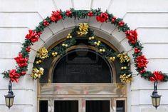Arco de la puerta con colgantes de Navidad