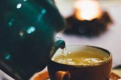 How Kratom Tea Is Made: Failproof Recipe for Making Tea (Powder) Cold Home Remedies, Natural Home Remedies, Reduce Stomach Bloat, Stomach Bloating, Green Tea Benefits, Ginger Tea, Fresh Ginger, Loose Leaf Tea, Health And Wellness