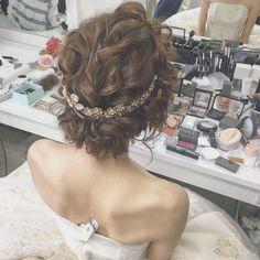 今年花嫁さんにオススメのアクセの付け方、バックカチューシャ☺️ ・ ・ ドレスは @fiorebianca_wedding さんですよ☺️ ・ ・ ・…