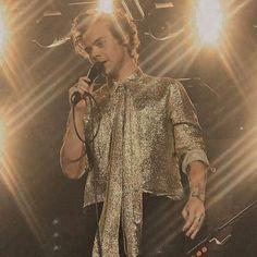 Harry Edward Styles, Harry Styles, Calum Hood, Liam Payne, Latest Pics, Photo Credit, Beautiful People, Bell Sleeve Top, Ruffle Blouse