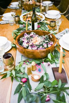 How to Host a Farm to Table Dinner + Recipes - Abendessen Dinner Table, A Table, Table Party, Family Style Weddings, Festa Party, Partys, Decoration Table, Table Centerpieces, Wedding Table