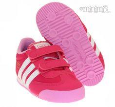 Adidas Originals Dragon - baskets enfant à scratchs - Rose Le modèle mythique de chez Adidas, la Dragon, porté il est vrai par Starsky dans les années 70-80, est ici rétréci et adapté aux plus petits pieds ! En plus d'offrir du style, cette basket pour enfant est dotée de scratchs, ce qui vous en conviendrez, est fort pratique au quotidien ! Ici en couleur bleu, rouge et blanc. #girl #girly #swag #spring #stripe #pink #rose #fille #enfant #kids #sneakers