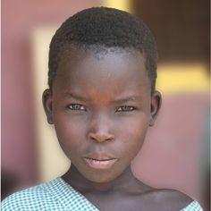 Atabo tiene 9 años y, por primera vez, va al colegio.  Pertenece a una tribu semi nómada del norte de Kenia, que se mueve por el terreno en función del agua.  Al tener fuentes de agua potable cerca, las tribus están más tiempo asentadas en el mismo sitio y todos los niños, como Atabo, pueden ir al colegio.  En AUARA, queremos que esta historia se repita cada vez más y que ningún niño del mundo dependa del agua para ir al colegio.