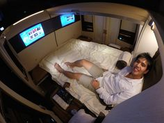 Young entrepreneur Derek Low cashed in his frequent flier miles to travel in Singapore Airlines's Suites Class - voted the most luxurious cabin in the world - from Singapore to New York. Airline Flights, Airline Tickets, Private Plane, Hiking Tours, Mini Vacation, Luxury Marketing, Air Travel, Travel Info, Viajes
