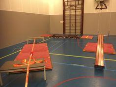 Balanceren, slackline, rollende bank en schuine banken aan de touwen.