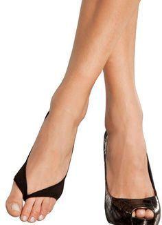 Если надеть тонкий капроновый носок на ногу таким образом, открытые туфли не будут натирать. При этом внешний вид ног в туфлях останется безупречным!