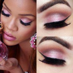Aprenda a fazer uma beleza inspirada no make da Rihanna, com sombra rosa e muito delineador.
