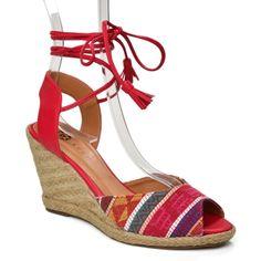 a47cca619 Sandália com salto anabela rústica, estilo espadrilha. Cabedal em tecido e  corpo em couro rosa, solado em imitação de palha e cordão de amarrar no  tornozelo