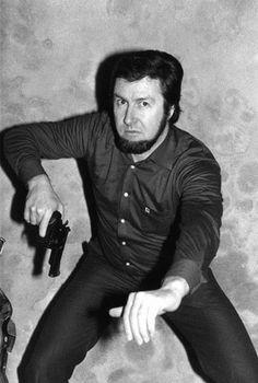 ~- Jacques Mesrine, le militaire assassin, surnomm� l�homme aux mille visages Jacques Mesrine s�engage dans la guerre d�Alg�rie comme parachutiste-commando. C�est durant celle-ci qu�il prend un pistolet 45 ACP et le ram�ne en France. Il l�aura constamment...