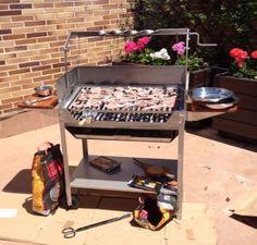 Barbacoa modelo Deluxe. Brasas listas, empieza a oler rico. www.jrbaluja.com