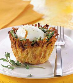 Uovo bazzotto nella tartelletta di patate con gli asparagi
