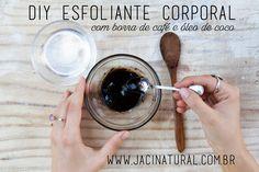 Esse esfoliante pode ser feito tanto com o café quanto a borra, sendo uma ótima maneira de reaproveitar esse resíduo tão rico em nutrientes. O café favorece a circulação sanguínea, acelera o metabolismo e reduz os efeitos da celulite e varizes. Essa receita é uma ideia para reaproveitar os potinhos de manteiga corporal da Jaci :) Receita: Pó de café – 1 xíc | Óleo vegetal de sua preferência – 2 col. sopa (ou o suficiente para cobrir todo o pó). Misture os ingredientes e guarde em um potinho.