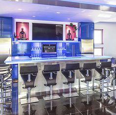 Barra y pisadas Thermoformed asombrosas en una casa hermosa situada en California los E.E.U.U.Mismo una manera de la manera de crear gran ambiente a su proyecto.El equipo de ThinkGlass realizará su espacio ideal según su necesidad.No vacile...