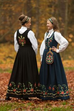 Løkendrakt from Aurskog-Høland, Akershus- Norway-traditional bunads from the region some of my ancestors are from. Folk Clothing, Historical Clothing, Traditional Fashion, Traditional Dresses, Folklore, Norwegian Clothing, Mexican Design, Costumes Around The World, Mode Boho