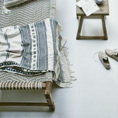 mobilier : lit en corde, plaid Vivian, Atelier Sukha, matières naturelles