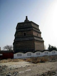 """""""繁塔(はんとう)。北宋時代(977年)に建築。六角形の煉瓦塔で、開封に現存する建築物の中で最も古い。黄河の度重なる氾濫により、塔の土台は地下に埋まってしまっている。"""""""