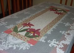 Caminho de mesa em patchwork e aplicacao em tecido 100% algodao, pontos decorativos em um compose encantador! R$64,00