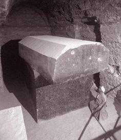 El Serapeum de Saqqara, o Serapeum de Menfis, es la necrópolis donde se enterraron los sagrados toros Apis  . Desde su descubrimiento en 1850 el Serapeum de Saqqara guarda un gran misterio en…