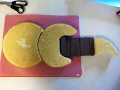 Surviving the First Six Weeks of Motherhood: How to Make a Guitar Cake