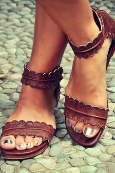 Tendance Chaussures   Summer 2016  Brown summer sandals metallic toenail polish. Stitch Fix shoes. w