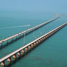 The Seven Mile Bridge – siedmiomilowy most – to ikona archipelagu Florida Keys w USA. Most rozciąga się na otwarte morze i łączy Middle Keys z Little Duck Key. Został ukończony w 1982 roku i był wtedy najdłuższym tego typu mostem na świecie, a obecnie jest najdłuższym mostem w Stanach Zjednoczonych. http://www.sztuka-krajobrazu.pl/563/slajdy/architektura-krajobrazu-siedmiomilowy-most