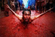 Aquí hay un hombre que se celebra el festival de La Tomatina.