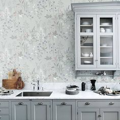 Sandberg wallpaper Flora in a beautifully mild turquoise color scheme - makes it very nice together with the lovely light gray kitchen and marble worktop. Decor, Kitchen Wallpaper, Interior, Grey Kitchen, Kitchen Decor, Modern Kitchen, Home Decor, Floral Wallpaper, Kitchen Design
