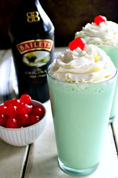This Baileys Shamrock Shake is the BEST of both worlds! A delicious dessert shake for adults Baileys Milkshake, Baileys Drinks, Baileys Recipes, Milkshake Recipes, Alcoholic Ice Cream Drinks, Irish Recipes, Shamrock Shake, Alcohol Drink Recipes, Drink Recipes