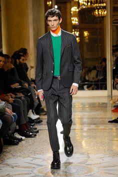 The complete Versace Fall 2018 Menswear fashion show now on Vogue Runway. Mens Fashion Blazer, Mens Fashion Week, Suit Fashion, Runway Fashion, Versace Suits, Versace Men, Catwalk Collection, Fashion Show Collection, Men's Collection