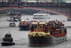 The Spirit of Chartwell, carrying members of Britain's royal family, approaches Westminster Bridge during the Queen's Diamond Jubilee Pageant on the River Thames in London June 3, 2012. Britain's Queen Elizabeth joined an armada of 1,000 boats in a gilded royal barge, in a pageant down the River Thames on Sunday in a spectacular highlight of four days of nationwide celebrations to mark her Diamond Jubilee.