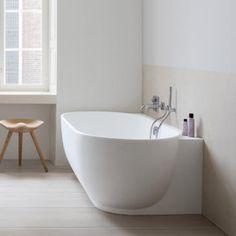 duravit luv die badewanne berzeugt mit zwei r ckenschr gen f r einen angenehmen komfort f r 2. Black Bedroom Furniture Sets. Home Design Ideas