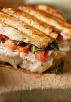 Panini de pavo tipo bruschetta- Mezclamos algunas de las mejores presentaciones culinarias de inspiración italiana en esta maravillosa y deliciosa receta ¡Molto Bene!