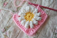 Make a square- Adding rounds to the daisy - crochet tutorial. This is the link to part 1: http://tillietulip.blogspot.nl/2012/06/to-beg-chain-ch-5-and-join-to-form.html