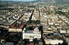 Foto panorámica del Centro Histórico de San Salvador.  Foto descargada del Fan Page en Facebook: EL SALVADOR DE AYER Y HOY (https://www.facebook.com/pages/EL-SALVADOR-DE-AYER-Y-HOY/197737380255887?sk=wall)
