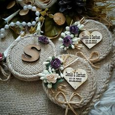 This Pin was discovered by faf Burlap Lace, Burlap Wreath, Burlap Crafts, Diy And Crafts, Succulent Wedding Invitations, Baby Shower Deco, Wedding Centerpieces Mason Jars, Rustic Boutonniere, Diy Bottle