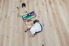 La barna leke på gulvet! Heltre gulv i eik fra RingAlm. Toddler Bed, Barn, Kids, Furniture, Home Decor, Child Bed, Young Children, Converted Barn, Boys