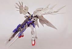 Gundam Family: RG 1/144 Wing Gundam Zero Custom EW + Drei Zwerg Parts Painted Build