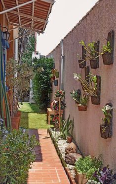 Jardim se espalha pelo quintal e corredor da casa - Rebel Without Applause Garden Yard Ideas, Backyard Patio Designs, Backyard Landscaping, Front Garden Landscape, Landscape Design, Home Garden Design, Home And Garden, Vertikal Garden, Narrow Garden