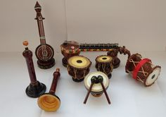 These miniature musical instruments are made with Xerox papers cutting them into stripes. Quilling Paper Craft, Quilling Flowers, Quilling Patterns, Quilling Designs, Paper Quilling, Quilling Ideas, Paper Crafts Wedding, Craft Wedding, Indian Traditional Paintings