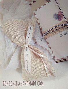 Μπομπονιέρα γάμου με εκρού  λινάτσα & τυπωμένη κορδέλα- Bonboniera Handmade Burlap, Toms, Reusable Tote Bags, Gift Wrapping, Gifts, Gift Wrapping Paper, Favors, Hessian Fabric, Gift Packaging