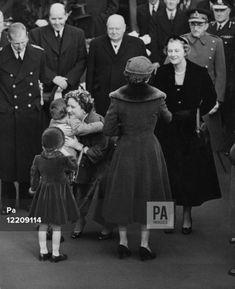 Princess Elizabeth, Princess Margaret, Queen Elizabeth Ii, Duchess Of York, Duke And Duchess, Queen Mother, Big Hugs, Sports Pictures, Prince Charles