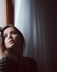 Ensaio fotográfico feminino buscando fonte de luz natural. Luz de janela. Luz e sombra como elementos de composição fotográfica. Olhar feminino. Ensaio fotográfico em quartos. Foto por @ferephigenioretratos 📸