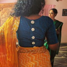 Latest saree blouse neck designs for 2018 - ArtsyCraftsyDad Blouse Back Neck Designs, Simple Blouse Designs, Stylish Blouse Design, Fancy Blouse Designs, Cotton Saree Blouse Designs, Latest Saree Blouse, White Saree Blouse, Blue Blouse, Bollywood