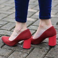Vermelho apaixonante. Amamos essa diferença de tons entre o sapato e o salto.  Ref. T0124  Shop in tanarabrasil.com.br